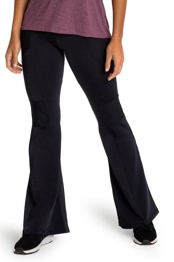 Calça flare preta com recortes em couro resinado