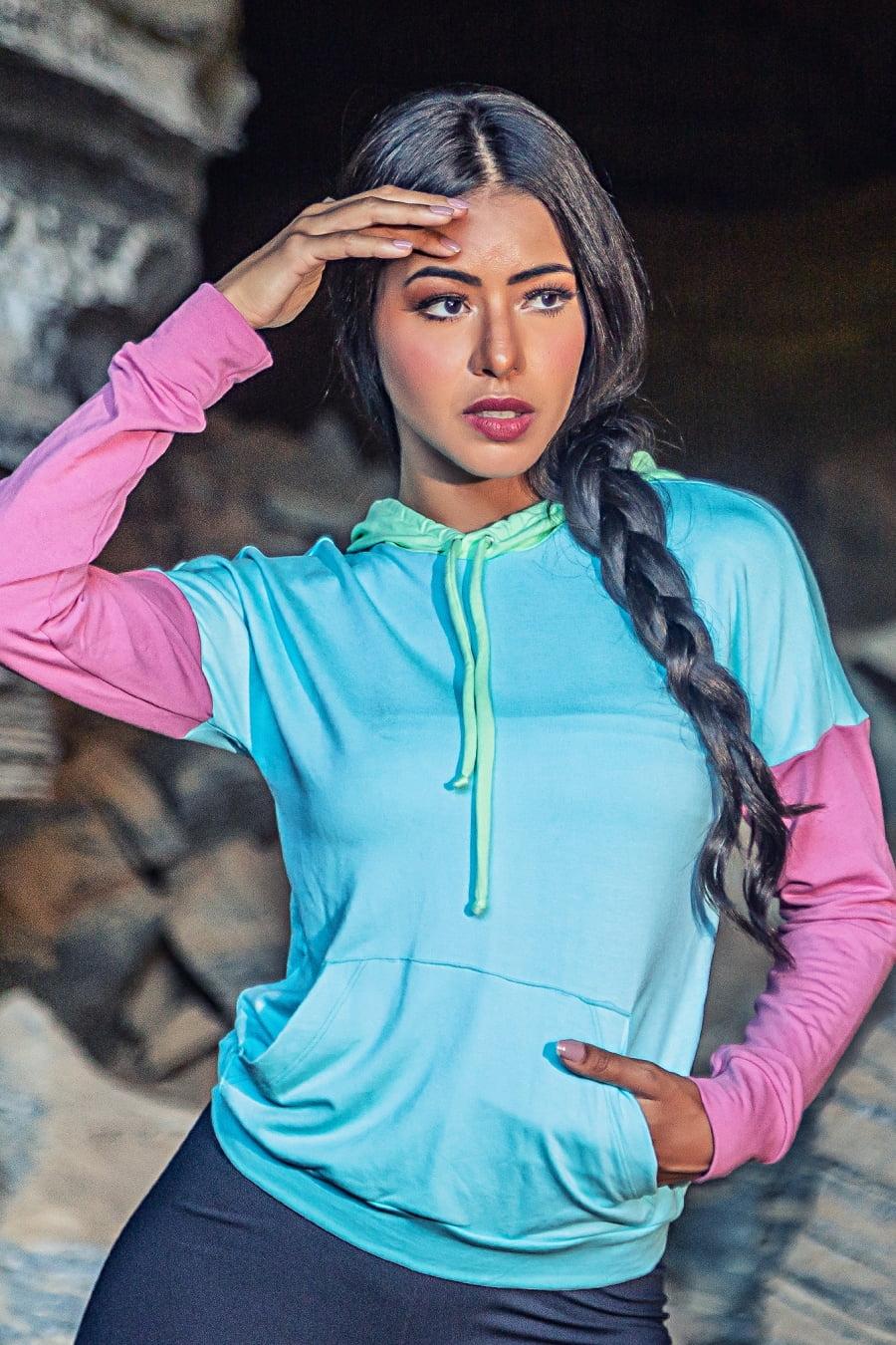 Blusa moletinho com bolso em mistura de cores