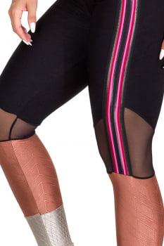 Calça legging fusô preta com composição de cores e tecidos
