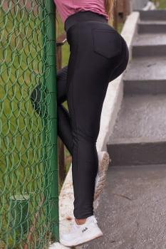 Calça montaria preta em tecido reforçado com bolso e zíper frontal