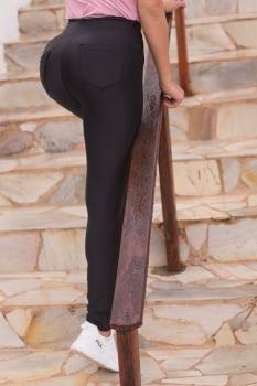 Calça montaria preta em tecido reforçado com bolso e zíper na lateral